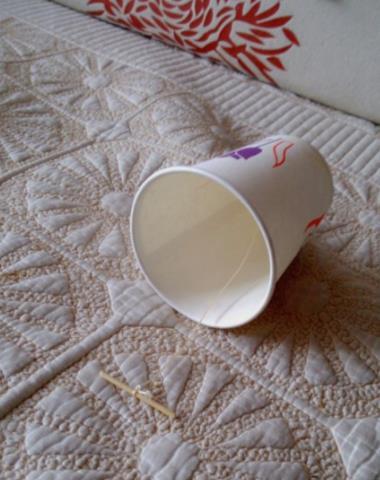 纸杯内部用牙签绑个结