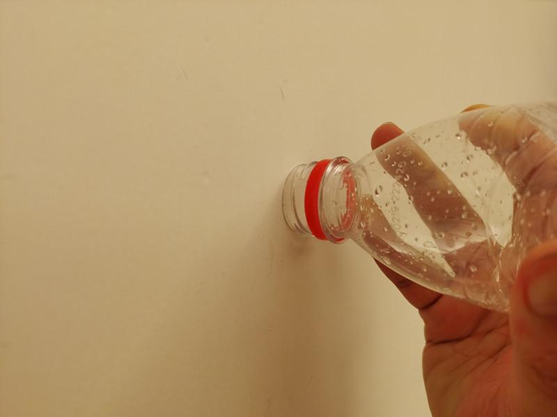 矿泉水瓶口贴墙面